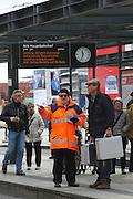 Mannheim. 01.03.17 | BILD- ID 084 |<br /> Innenstadt. Plankenumbau. Auswirkungen auf den Stra&szlig;enbahnverkehr. Am Hauptbahnhof informieren rnv Mitarbeiter &uuml;ber die Plan&auml;nderungen und Streckenverbindungen.<br /> - rnv Mitarbeiter G&uuml;nter Daum<br /> Bild: Markus Prosswitz 01MAR17 / masterpress (Bild ist honorarpflichtig - No Model Release!)