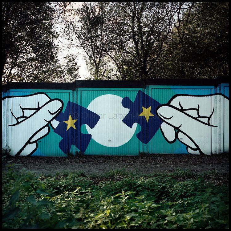 Le 18 octobre 2011, frontière Allemagne / Belgique, près d'Aix La Chapelle, RN 68, près de l'ancien poste frontière de Köpfchen. Vue d'une oeuvre artistique réalisée pour l'association culturelle KUKUK qui a récupéré les postes frontières belges et allemands sur cette frontière.