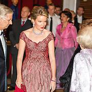 NLD/Amsterdam/20161129 - Staatsbezoek dag 2, contraprestatie Belgische koningspaar, Koning Filip en Koningin Mathilde begroeten prinses Beatrix, prins Constantijn en Prinses Laurentien