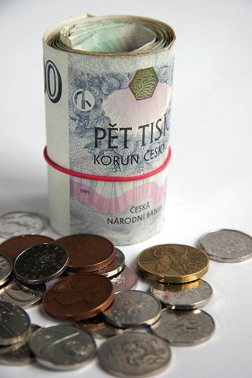 Lysa nad Labem/Tschechische Republik, Tschechien, CZE, 19.01.07: Geldb&uuml;ndel mit Gummiband aus tschechischen Banknoten (Kronen) und tschechisches M&uuml;nzgeld - au&szlig;en ein 5000 Kronen Schein.<br /> <br /> Lysa nad Labem/Czech Republic, CZE, 19.01.07: Rouleau made out of Czech bank notes - on the outside a 5000 crowns note. In front Czech coin money.