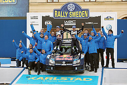 15.02.2015,  Karlstad, SWE, FIA, WRC, Schweden Rallye, im Bild Sebastien Ogier/Julien Ingrassia (Volkswagen Motorsport/Polo R WRC) and the whole Volkswagen Team at the Podium Karlstad // during the WRC Sweden Rallye at the Karlstad in Karlstad, Sweden on 2015/02/15. EXPA Pictures © 2015, PhotoCredit: EXPA/ Eibner-Pressefoto/ Bermel<br /> <br /> *****ATTENTION - OUT of GER*****