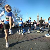 Nederland, Amsterdam , 16 oktober 2011..GGZinGeest Deelnemers en Fonds Psychische Gezondheid deelnemers van de Marathon Amsterdam bereiden zich voor d.m.v. een warming up..Foto:Jean-Pierre Jans