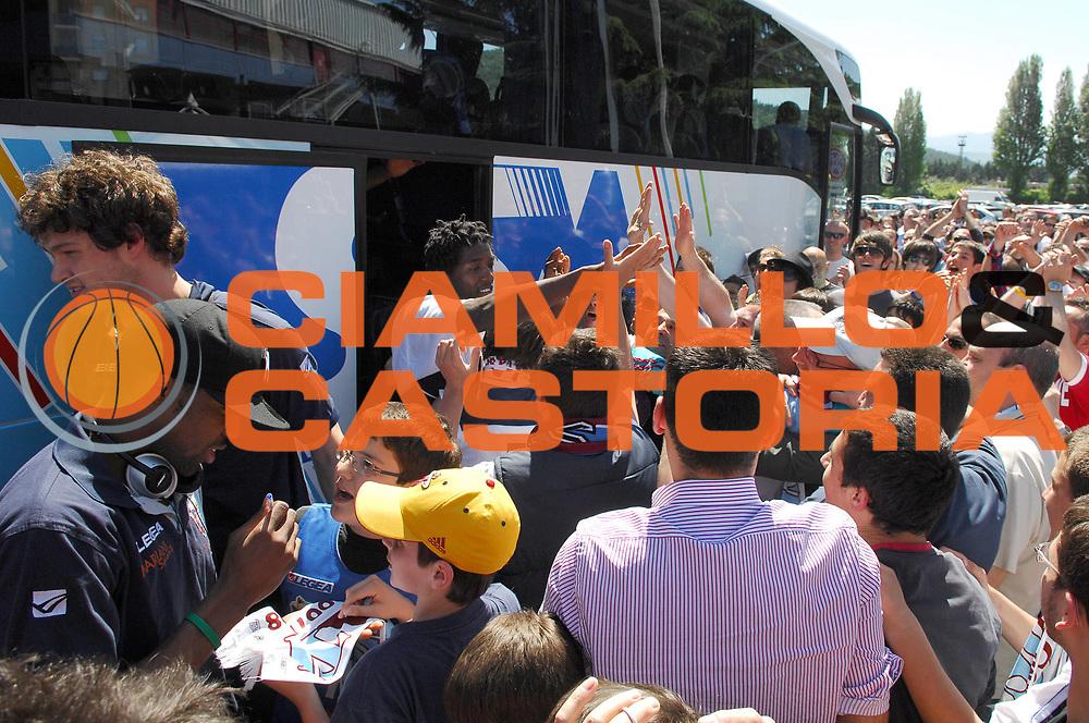 DESCRIZIONE : Rieti Lega A 2008-09 Accoglienza dei tifosi per la salvezza conquistata<br /> GIOCATORE : Omar Abdul Thomas<br /> SQUADRA : Solsonica Rieti <br /> EVENTO : Campionato Lega A 2008-2009 <br /> GARA : <br /> DATA : 11/05/2009 <br /> CATEGORIA : Esultanza Tifo Tifosi Fan Supporter<br /> SPORT : Pallacanestro <br /> AUTORE : Agenzia Ciamillo-Castoria/E.Grillotti<br /> Galleria : Lega Basket A1 2008-2009 <br /> Fotonotizia : Rieti Campionato Italiano Lega A1 2008-2009 Accoglienza dei tifosi per la salvezza conquistata<br /> Predefinita :