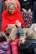 Koningin Maxima tijdens een bezoek aan het muziekproject Ieder Kind een Instrument. Het project heeft tot doel om muziekeducatie in de wijk te verankeren. <br /> <br /> Queen Maxima during a visit to the music project Every Child an instrument. The project aims to anchor. Music education in the district<br /> <br /> Op de foto / On the photo: <br /> <br />  Koningin Maxima vertrekt / Queen Maxima leaves