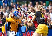 DEN BOSCH - Duel voor het Laren goal waar keepster Joyce Sombroek (l) in duel is met speelster Merel de Blaey (m) en Vera Vorstenbosch van Den Bosch, zondag tijdens de eerste finalewedstrijd , van de best of three ,  hoofdklassehockey tussen de vrouwen van Den Bosch en Laren (2-1) ANP KOEN SUYK