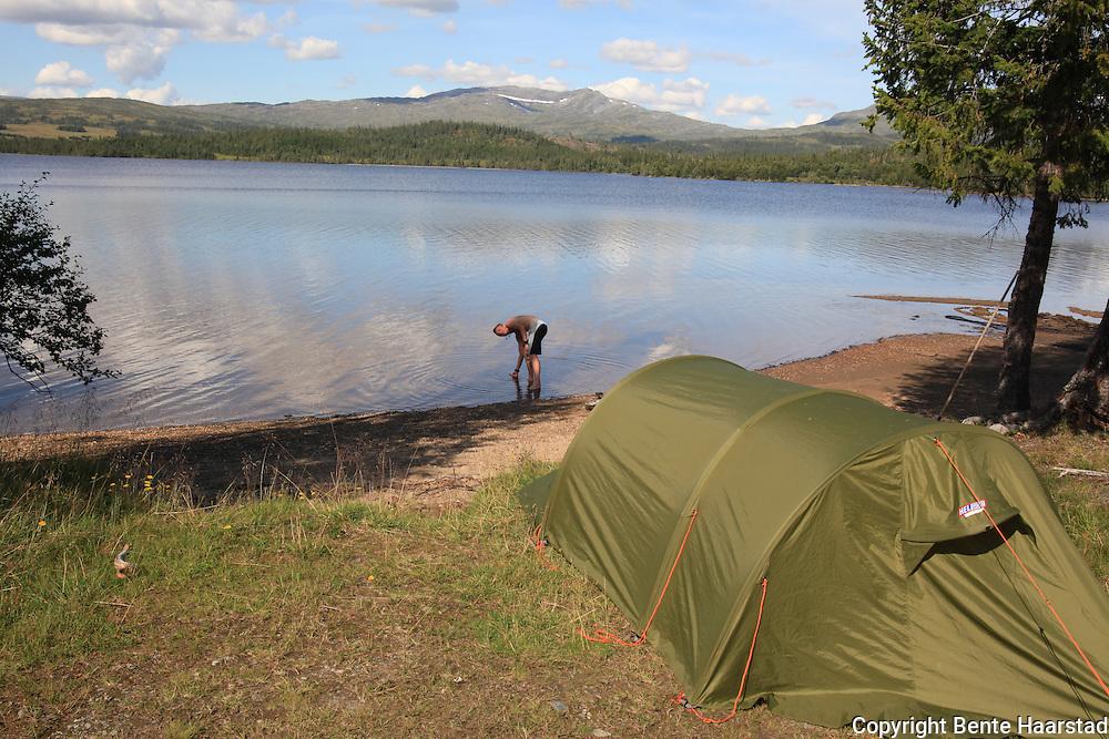 Telting ved Gammelvollsjøen i Tydal. Foto: Bente Haarstad