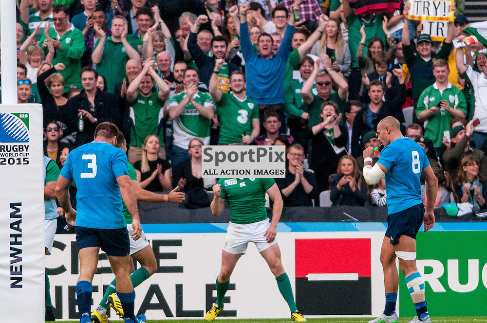 Keith Earls of Ireland celebrates scoring his team's opening try. Action from the Ireland v Italy pool game at the 2015 Rugby World Cup at Queen Elizabeth Stadium in London, 4 October 2015. (c) Paul J Roberts / Sportpix.org.uk