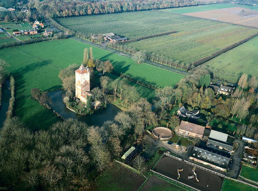 Nederland, Utrecht, Vleuten, 01-12-2005; luchtfoto (25% toeslag); de Hamtoren, ten Westen van Vleuten (in de nabijheid van Haarzuilens); restant van het oude kasteel Den Ham (oude middeleeuwse burcht, ooit gelegen aan uitloper (Leidsche) Rijn); de toren is nog steeds bewoond,..er naast manege met buitenbak; paaarden, paardrijden, kasteel, cultureel ergfoed, geschiedenis, middeleeuwen, ridder..foto Siebe Swart