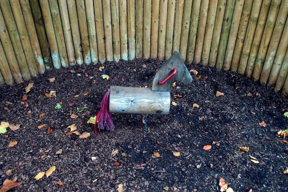 Un caballito de madera forma parte de un área infantil dentro  del parque Saint James. Londres, 27-11-2005. (ivan gonzalez)