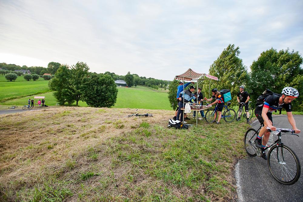 Een van de checkpoints. In Nieuwegein wordt het NK Fietskoerieren gehouden. Fietskoeriers uit Nederland strijden om de titel door op een parcours het snelst zoveel mogelijk stempels te halen en lading weg te brengen. Daarbij moeten ze een slimme route kiezen.<br /> <br /> One of the checkpoints. In Nieuwegein bike messengers battle for the Open Dutch Bicycle Messenger Championship.
