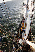 Reportage schoenerbrik Tres Hombres onderweg van IJmuiden, via de Noordzee en de Texelstroom naar Harlingen.<br /> Het 32 meter lange schip heeft geen motor en onderhoudt sinds december 2009 een duurzame vrachtdienst tussen Europa, de Atlantische eilanden, het Caribisch gebied en Amerika.