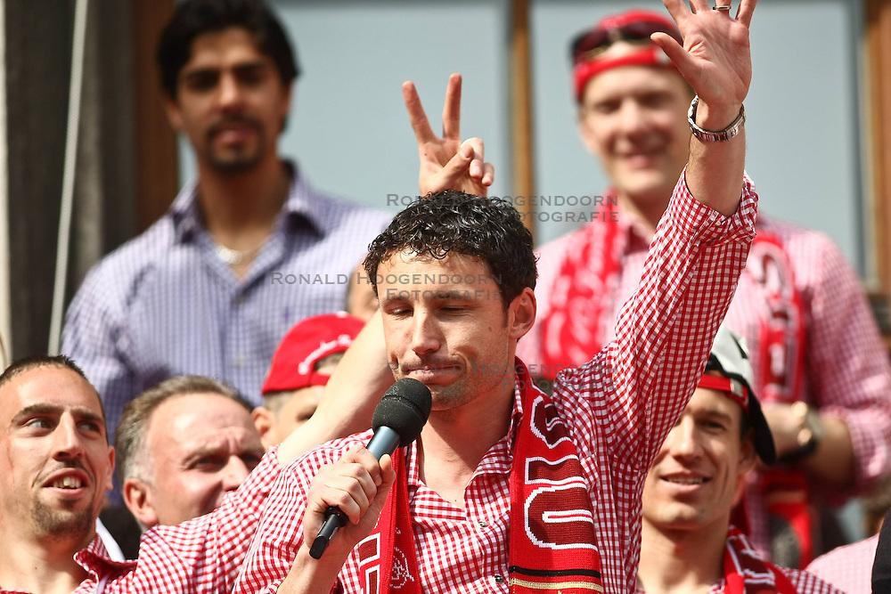 09-05-2010 VOETBAL: KAMPIOENSFEEST BAYERN MUNCHEN MARIENPLATZ - VFL BOCHUM: MUNCHEN<br /> Bayern Muchen viert op het Marienplatz het kampioensfeest / Mark van Bommel<br /> &copy;2010- FRH nph / Straubmeier