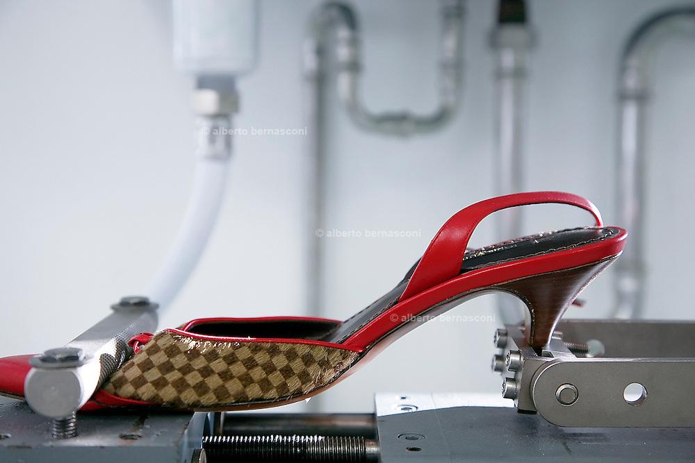 Fiesso, Padova: fabbrica scarpe Louis Vuitton. test per misurare la resistenza del tacco. Italy, Padoa, louis vuitton shoe factory.