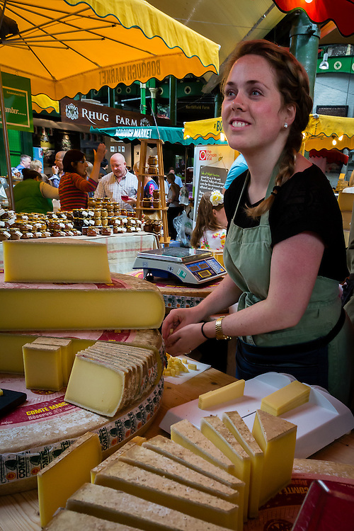 There are several stalls selling cheese at Borough Market. Most of them have tiny bits that everyon can taste.