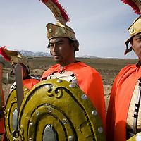 LIQIAN : Provinzler  aus der Umgebung von Yongchang, die als Roemer verkleidet sind,  posieren vor dem Roemischen Dorf in Yongchang.