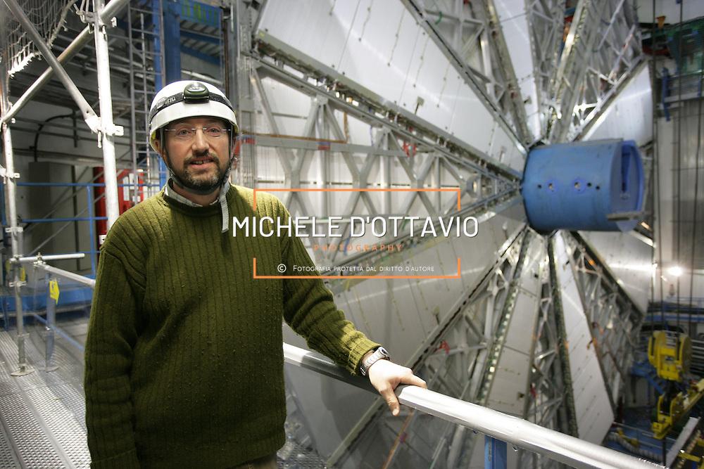 CERN di Ginevra 13/02/07, il nuovo impianto dell'acceleratore LHC (Large Hadron Collider)  lungo 27 km ad una profondità media di 80 metri... nella foto il professor Ludovico Pontecorvo  all'interno della stazione sperimentale del rivelatore Atlas..fotografia di Michele D'Ottavio
