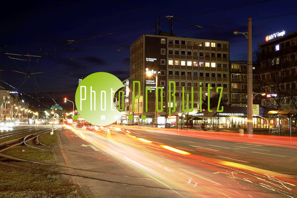 Mannheim. ! keine onlinefreigabe !<br /> Farbenfrohes Lichtermeer bei Abendd&auml;mmerung. Der Gro&szlig;stadtverkehr hinterl&auml;sst leuchtende Spuren.<br /> (MWI, MPO)<br /> <br /> Bild: Markus Pro&szlig;witz<br /> <br /> ++++ Archivbilder und weitere Motive finden Sie auch in unserem OnlineArchiv. www.masterpress.org ++++