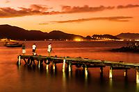 Pescadores em trapiche na Ilha das Campanhas, na Praia da Armação, ao anoitecer. Florianópolis, Santa Catarina, Brasil. / Fishingmen on a pier in Ilha das Campanhas, next to Armacao Beach, at dusk. Florianopolis, Santa Catarina, Brazil.