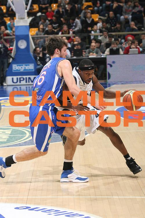 DESCRIZIONE : Bologna Lega A1 2007-08 Upim Fortitudo Bologna Pierrel Capo D'Orlando <br /> GIOCATORE : Horace Jenkins<br /> SQUADRA : Upim Fortitudo Bologna <br /> EVENTO : Campionato Lega A1 2007-2008 <br /> GARA : Upim Fortitudo Bologna Pierrel Capo D'Orlando  <br /> DATA : 24/11/2007 <br /> CATEGORIA : Penetrazione<br /> SPORT : Pallacanestro <br /> AUTORE : Agenzia Ciamillo-Castoria/M.Marchi
