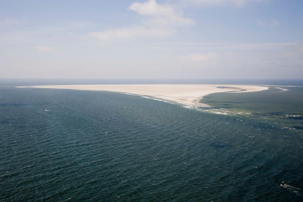 Nederland, Noord-Holland,Texel, 14-07-2008; Noorderhaaks, onbewoonde zandplaat - eiland in wording, gelegen in het Marsdiep (tussen Den Helder en Texel), ook wel genaamd 'Razende bol'; kleine kopjs op de golven door de wind, zeilboot, ton (boei) geeft de vaarroute aan; bebakening, vaargeul; rustgebied, woonplaats voor zeehonden; stiltgebied, zeehond , abstract, associatief, associatie,  landschap, leeg, eenzaam,  alleen, isolatie, rust, . .luchtfoto (toeslag); aerial photo (additional fee required); .foto Siebe Swart / photo Siebe Swart