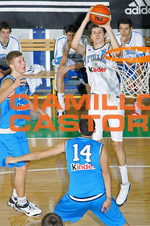 DESCRIZIONE : Bologna Coppa Italia 2006-07 Nazionale Italiana Under 18 Bianchi contro Blu <br /> GIOCATORE : Martinoni <br /> SQUADRA : Nazionale Italiana Bianchi <br /> EVENTO : Campionato Lega A1 2006-2007 Tim Cup Final Eight Coppa Italia Camp Nazionale Italiana Under 18 <br /> GARA : Nazionale Italiana Under 18 Bianchi contro Blu <br /> DATA : 10/02/2007 <br /> CATEGORIA : Tiro <br /> SPORT : Pallacanestro <br /> AUTORE : Agenzia Ciamillo-Castoria/S.Silvestri <br /> Galleria : FIP Nazionale Italiana <br /> Fotonotizia : Bologna Coppa Italia 2006-2007 Nazionale Italiana Under 18 Bianchi contro Blu <br /> Predefinita :