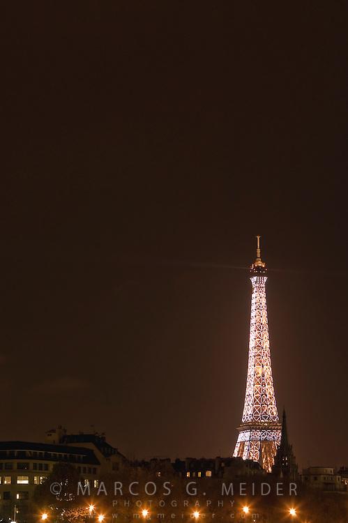 EN. The Eiffel tower illuminated by night. Paris, France.<br /> ES. La torre Eiffel iluminada por la noche. Paris, Francia