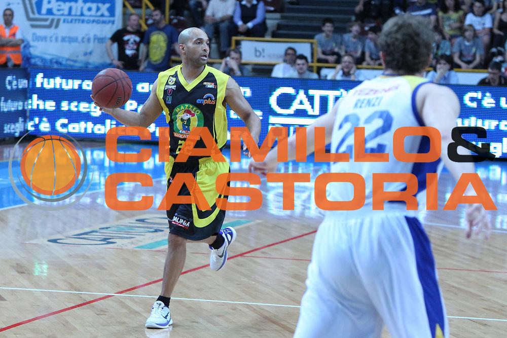DESCRIZIONE : Verona Lega Basket A2 2010-11 Tezenis Verona Mazzeo San Severo<br /> GIOCATORE : Randolph Childress<br /> SQUADRA : Tezenis Verona Mazzeo San Severo <br /> EVENTO : Campionato Lega A2 2010-2011<br /> GARA : Tezenis Verona Mazzeo San Severo <br /> DATA : 09/04/2011<br /> CATEGORIA : Palleggio<br /> SPORT : Pallacanestro <br /> AUTORE : Agenzia Ciamillo-Castoria/G.Contessa<br /> Galleria : Lega Basket A2 2009-2010 <br /> Fotonotizia : Verona Lega A2 2010-11 Tezenis Verona Mazzeo San Severo<br /> Predefinita :