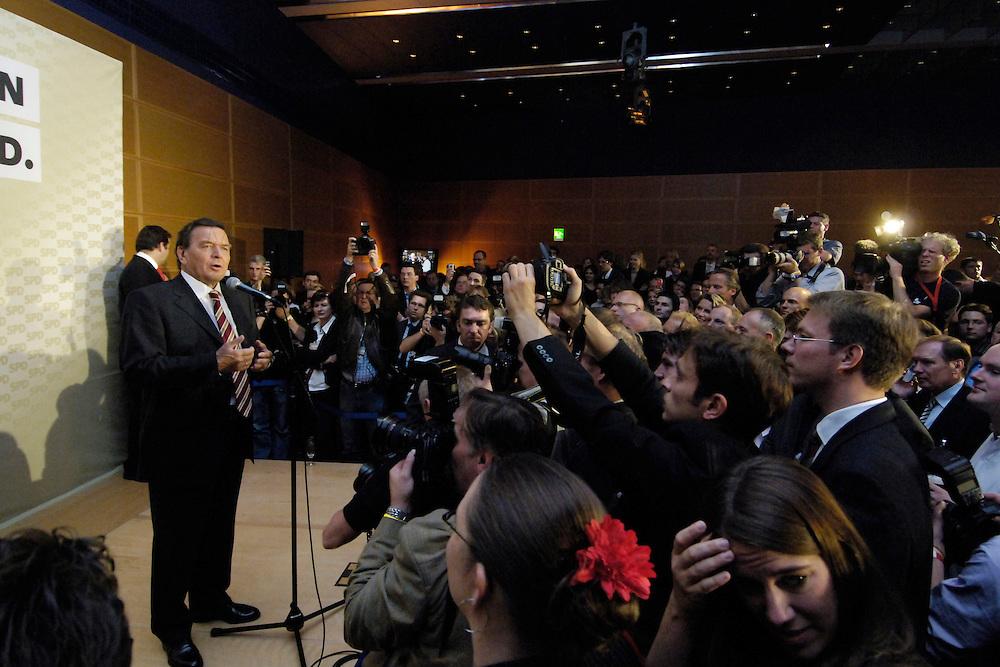 18 SEP 2005 BERLIN/GERMANY:<br /> Gerhard Schroeder, SPD, Bundeskanzler, haelt eine Rede, auf der Wahlparty der SPD, Wahlabend der SPD, Willy-Brandt-Haus<br /> IMAGE: 20050918-01-106<br /> KEYWORDS: Wahlparty, Bundestagswahl, Applaus, applaudieren, Jubel, Gerhard Schröder