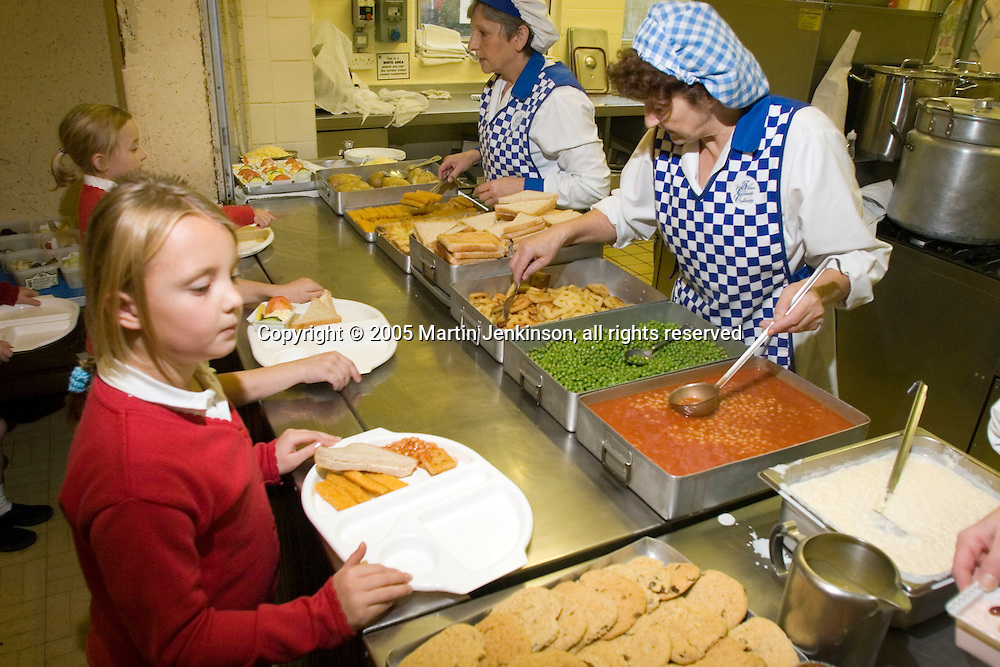 Healthy meals being served at Paisley Primary School. Hull..© Martin Jenkinson, tel/fax 0114 258 6808 mobile 07831 189363 email martin@pressphotos.co.uk. Copyright Designs & Patents Act 1988, moral rights asserted credit required. No part of this photo to be stored, reproduced, manipulated or transmitted to third parties by any means without prior written permission