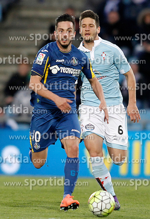 27.02.2016, Estadio Balaidos, Vigo, ESP, Primera Division, Getafe CF vs RC Celta, 26. Runde, im Bild Getafe's Pablo Sarabia (l) and Celta de Vigo's Nemanja Radoja // during the Spanish Primera Division 26th round match between Getafe CF and RC Celta at the Estadio Balaidos in Vigo, Spain on 2016/02/27. EXPA Pictures &copy; 2016, PhotoCredit: EXPA/ Alterphotos/ Acero<br /> <br /> *****ATTENTION - OUT of ESP, SUI*****