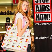NLD/Amsterdam/20101128 - Modeshow en verkoop Artbags t.b.v het Aidsfonds in de Bijenkorf, Model showt artbag Blond Amsterdam