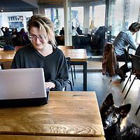 Nederland, Amsterdam , 24 februari 2014.<br /> Ontspannen en werken tegelijkertijd in lunch ontmoetings en flexplek zaken als De Stadskantine in de van Woustraat<br /> Foto:Jean-Pierre Jans
