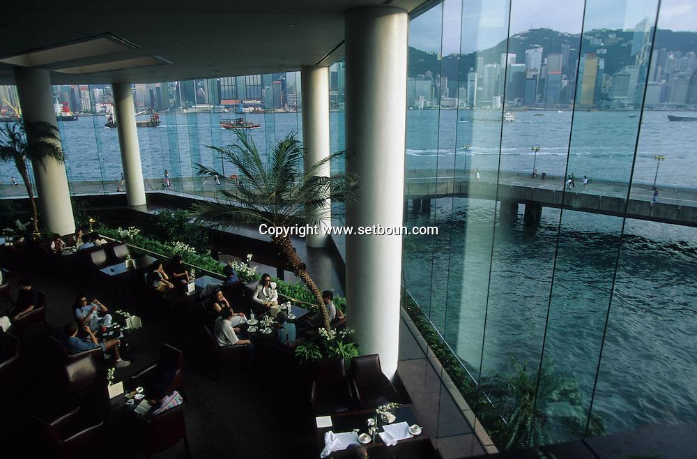 Hong Kong. suite on the roof top of the regent hotel, enjoy the view in your jacuzi. Kowloon. .    16   / Vue sur la baie et l'île Victoria    16; depuis le bar de L'hotel régent à Kowloon.  / L1396  / 319177/49