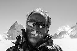 Patrouille des Glacier 2012, 19 April 2012<br /> Aufbau Posten Tete Blanche auf 3760 müM.<br /> Temperatur ca. -15 Grad und 50 - 70 Km Wind, Region, Europe, Switzerland, Arolla, Tete Blanche 3700müM