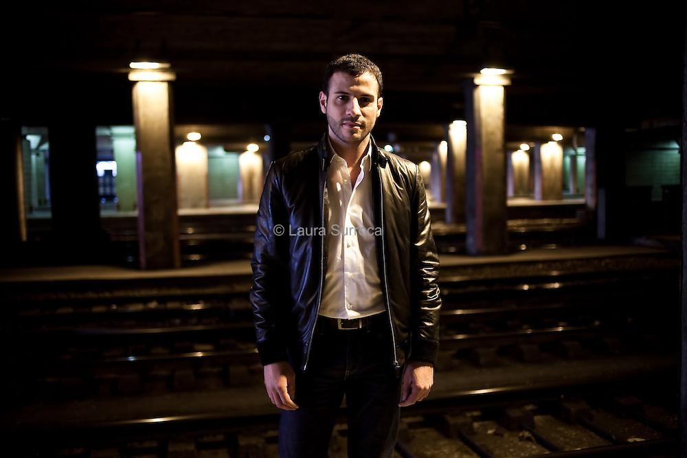 Hicham Nazzal, animateur tele, a la Gare Montparnasse de Paris, le 13 janvier 2012.