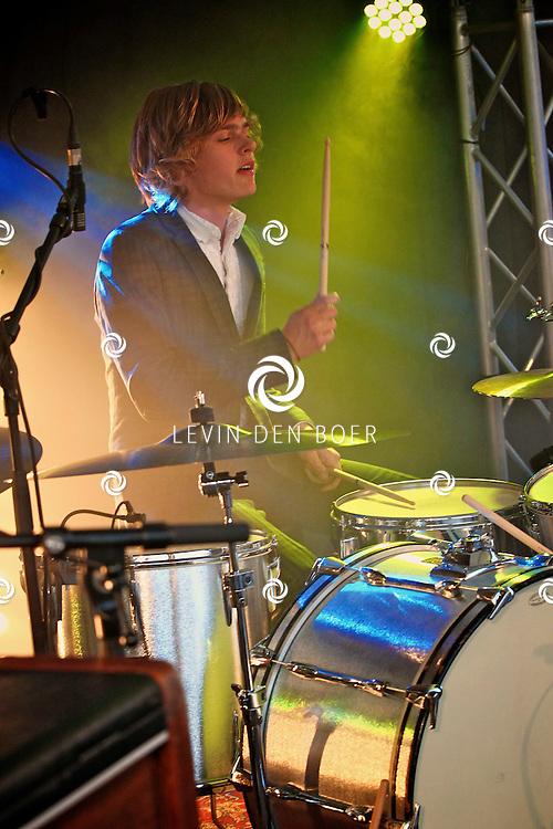 KERKDRIEL - Op het 20 jarig bestaan van Paul Meijering Stainless Steel bedrijfsfeest trad de band DeWolff op. Met op de foto drummer en broer Luka van de Poel. FOTO LEVIN DEN BOER - PERSFOTO.NU
