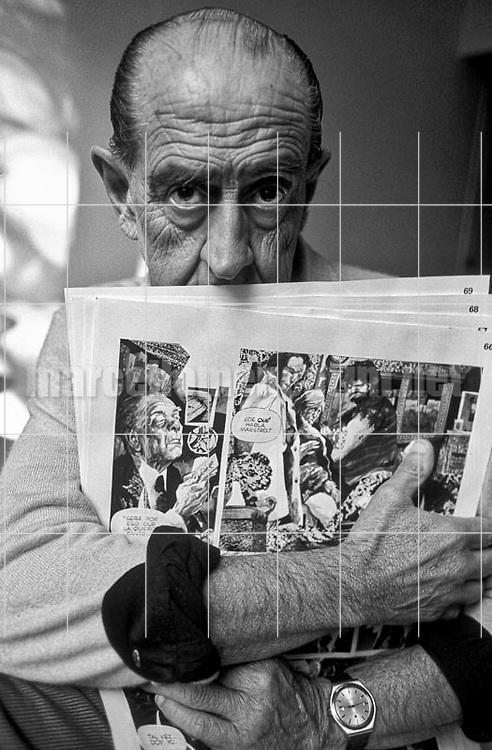 Lucca, 1984. Argentinian cartoonist Alberto Breccia holding one of his comics / Lucca, 1984. Il disegnatore Alberto Breccia con in mano uno dei suoi fumetti - © Marcello Mencarini