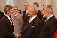15 JAN 2003, BERLIN/GERMANY:<br /> Shimon Stein (L), Botschafter des Staates Israel in Deutschland, Johannes Rau (M), Bundespraesident, und Joschka Fischer (R), B90/Gruene, Bundesuassenminister, waehrend dem Neujahrsempfang des Bundespraesidenten fuer das Diplomatische Korps im Schloss Bellevue<br /> IMAGE: 20030115-02-006<br /> KEYWORDS: Diplomaten, Handshake, Bundespräsident