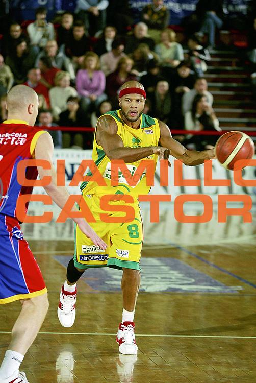 DESCRIZIONE : Montecatini Lega A2 2005-06 Agricola Gloria RB Montecatini Terme Sicc Cucine Aurora Basket Jesi<br /> GIOCATORE : Weathers<br /> SQUADRA : Sicc Cucine Aurora Basket Jesi<br /> EVENTO : Campionato Lega A2 2005-2006<br /> GARA : Agricola Gloria RB Montecatini Terme Sicc Cucine Aurora Basket Jesi<br /> DATA : 18/12/2005<br /> CATEGORIA : Passaggio<br /> SPORT : Pallacanestro<br /> AUTORE : Agenzia Ciamillo-Castoria/Stefano D'Errico