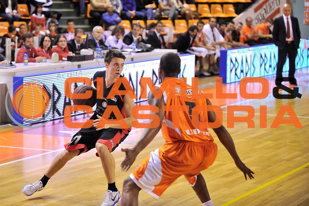 DESCRIZIONE : Udine Lega A2 2010-11 Snaidero Udine Immobiliare Spiga Rimini<br /> GIOCATORE : Alessandro Piazza<br /> SQUADRA : Immobiliare Spiga Rimini<br /> EVENTO : Campionato Lega A2 2010-2011<br /> GARA : Snaidero Udine Immobiliare Spiga Rimini<br /> DATA : 06/05/2011<br /> CATEGORIA : Palleggio<br /> SPORT : Pallacanestro <br /> AUTORE : Agenzia Ciamillo-Castoria/S.Ferraro<br /> Galleria : Lega Basket A2 2010-2011 <br /> Fotonotizia : Udine Lega A2 2010-11 Snaidero Udine Immobiliare Spiga Rimini<br /> Predefinita :