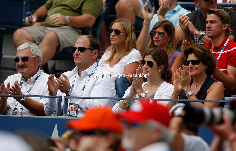 US Open 2009, USTA Billie Jean National ..Tennis Center,New York, Sport, Grand Slam Tournament, Roger Federer Clan auf der Tribuene,L-R. Vater Robert,IMG Manager Tony Godsick,Ehefrau Mirka und Mutter Lynette,..Foto: Juergen Hasenkopf..B a n k v e r b.  S S P K  M u e n ch e n, ..BLZ. 70150000, Kto. 10-210359,..+++ Veroeffentlichung nur gegen Honorar nach MFM,..Namensnennung und Belegexemplar. Inhaltsveraendernde Manipulation des Fotos nur nach ausdruecklicher Genehmigung durch den Fotografen...Persoenlichkeitsrechte oder Model Release Vertraege der abgebildeten Personen sind nicht vorhanden...