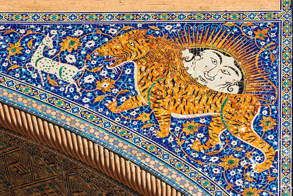 Ouzbékistan, Samarcande, classé Patrimoine Mondial de l'UNESCO, place du Reghistan, Medersa Chir Dor, portail décoré de lions et de visages // Uzbekistan, Samarkand, Unesco World Heritage, the Reghistan, Chir Dor Madrasah, the decoration of lions and human faces