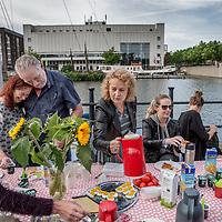 Nederland, Amsterdam, 27 juni 2017.<br /> Onderwijsstaking.<br /> Dinsdag 27 juni doen de leerkrachten van een baisschool aan de Bornekade mee aan de landelijke staking in het primair onderwijs (geïnitieerd door POinactie).<br /> De leerkrachten ontbijten gezamelijk buiten op de stoep.<br /> <br /> Foto: Jean-Pierre Jans