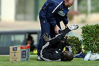 Fotball<br /> La Manga<br /> 17.03.2004<br /> Trening Vålerenga<br /> Foto: Morten Olsen, Digitalsport<br /> <br /> Pa Modou Kah i munter lek med Erik Hagen