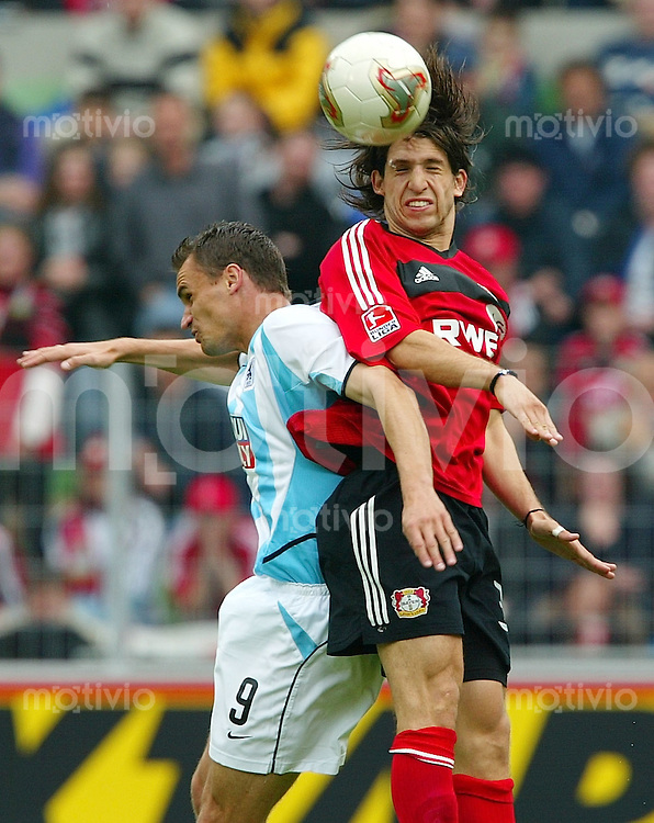 Fussball  1. Bundesliga Saison 2002/2003  33. Spieltag Bayer 04 Leverkusen - 1860 Muenchen     Diego PLACNETE (re, Leverkusen) siegt im Kopfballduell gegen Martin MAX (li, Muenchen)