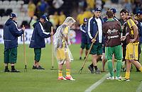FUSSBALL  EUROPAMEISTERSCHAFT 2012   VORRUNDE Ukraine - Frankreich               15.06.2012 Olexandr Aliyev (Ukraine) testet im Regencape das Spielfeld