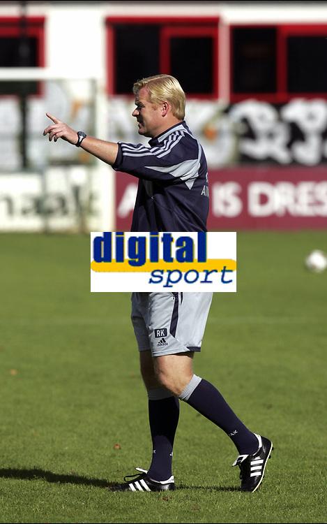 Fotball<br /> Trening Ajax<br /> Amsterdam<br /> 9. september 2004<br /> Foto: Digitalsport<br /> NORWAY ONLY<br /> RONALD KOEMAN - trener Ajax