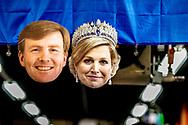 ROTTERDAM - maskers van willem alexander en koningin maxima koningsdag een meisje is klaar voor koningsdag 2018 met een masker van koning willem, alexander ROBIN UTRECHT