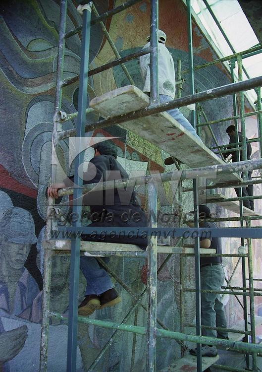 Toluca, M&eacute;x.- Artistas plasticos dan los ultimos toques al mural de mas de 20 metros en la escuela secuendaria numero 1 de esta ciudad. Agencia MVT / H. Vazquez E. (FILM)<br /> <br /> NO ARCHIVAR - NO ARCHIVE