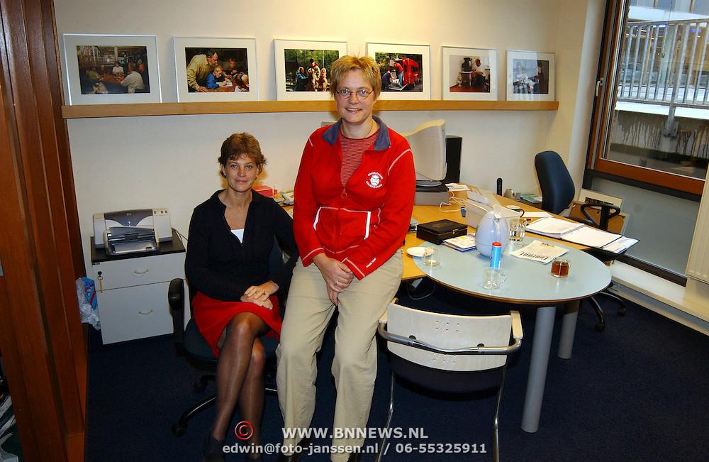 Iris Thuisopvang vrijwilligerscentrale de Beurs Huizen Mw. Els Aardewijn (links) en collega